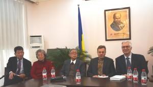 Учасники презентації. Зліва направо - Гуань Шигуан, Л'ян Пейлань, Лі Мінбінь, Василь Івашків, Олег Дьомін.